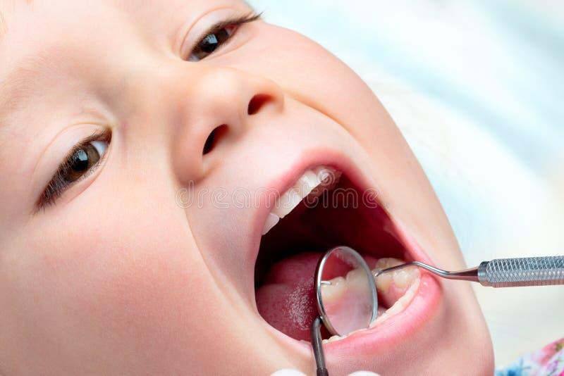 Bambino che ha visita odontoiatrica immagini stock libere da diritti