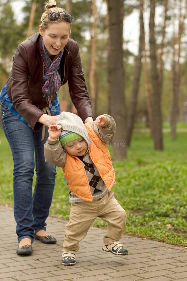 Bambino che impara camminare in parco fotografia stock