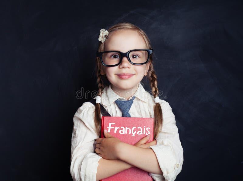Bambino che impara il francese nella scuola di lingue Bambina felice fotografie stock libere da diritti