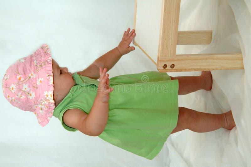 Bambino che impara levarsi in piedi fotografia stock
