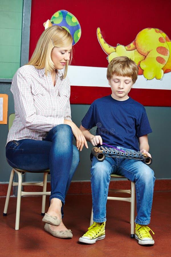 Bambino che impara strumento a scuola di musica immagine stock libera da diritti