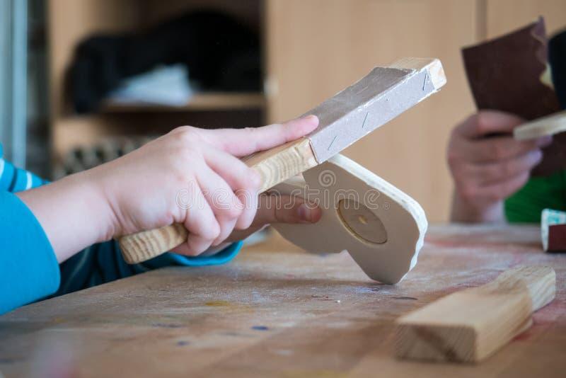Bambino che lavora con il legno immagini stock libere da diritti