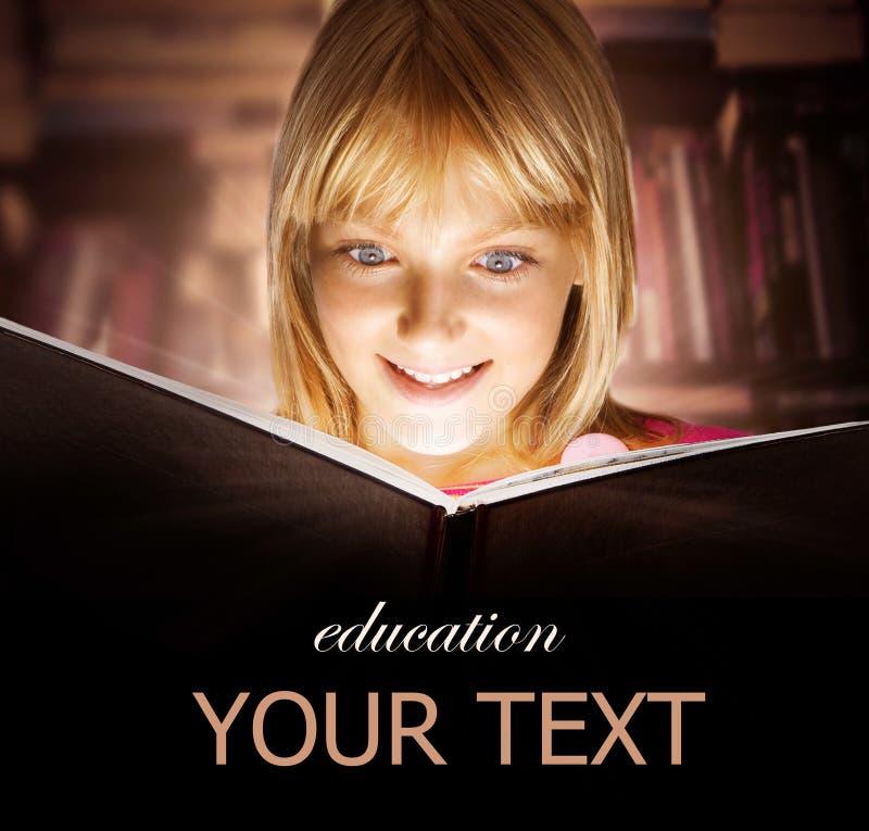 Bambino che legge il libro fotografia stock