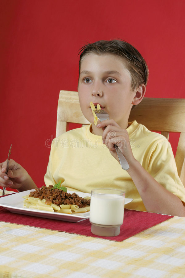 Bambino Che Mangia Alimento Fotografia Stock Libera da Diritti