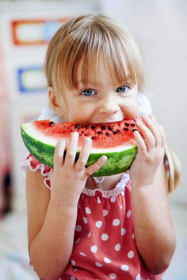 bambino che mangia anguria divertente fotografia stock