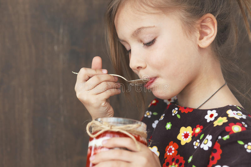 Bambino che mangia dessert fotografie stock