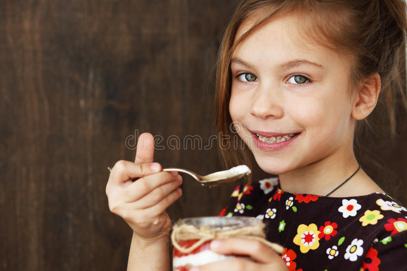 Bambino che mangia dessert immagine stock