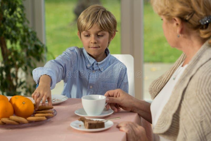 Bambino che mangia dessert fotografia stock