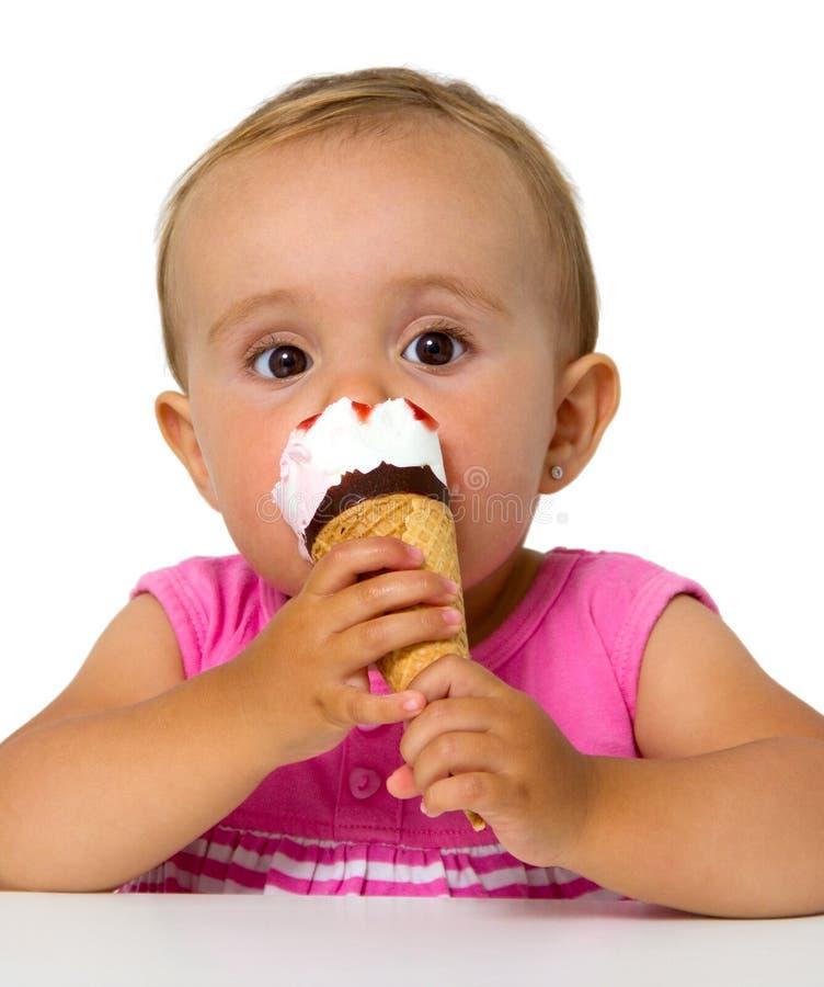 Bambino che mangia il gelato immagini stock libere da diritti