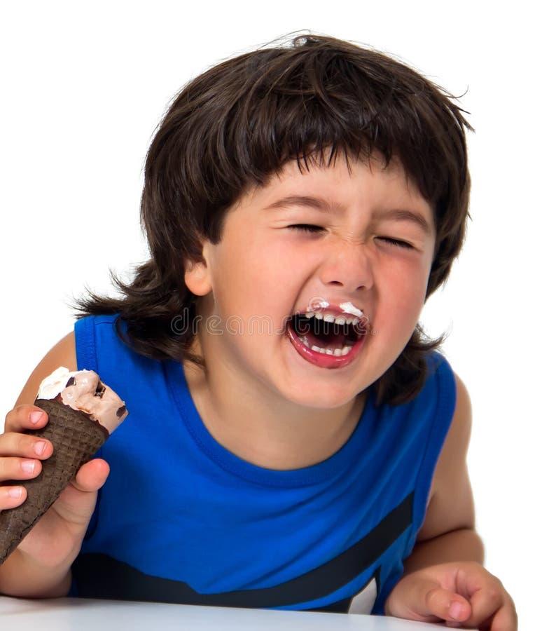 Bambino che mangia il gelato immagine stock libera da diritti