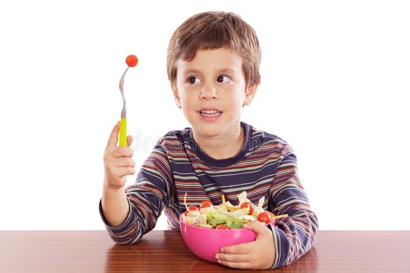 Bambino che mangia insalata fotografie stock libere da diritti