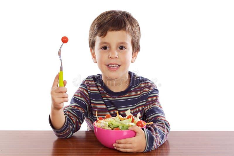 Bambino che mangia insalata immagine stock libera da diritti