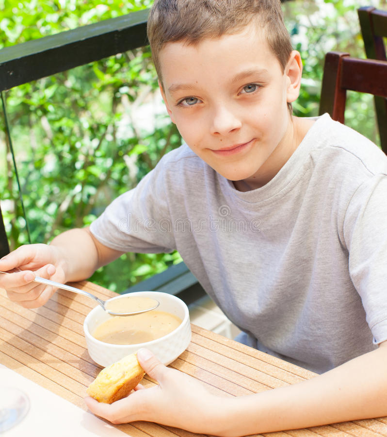 Bambino che mangia minestra fotografia stock