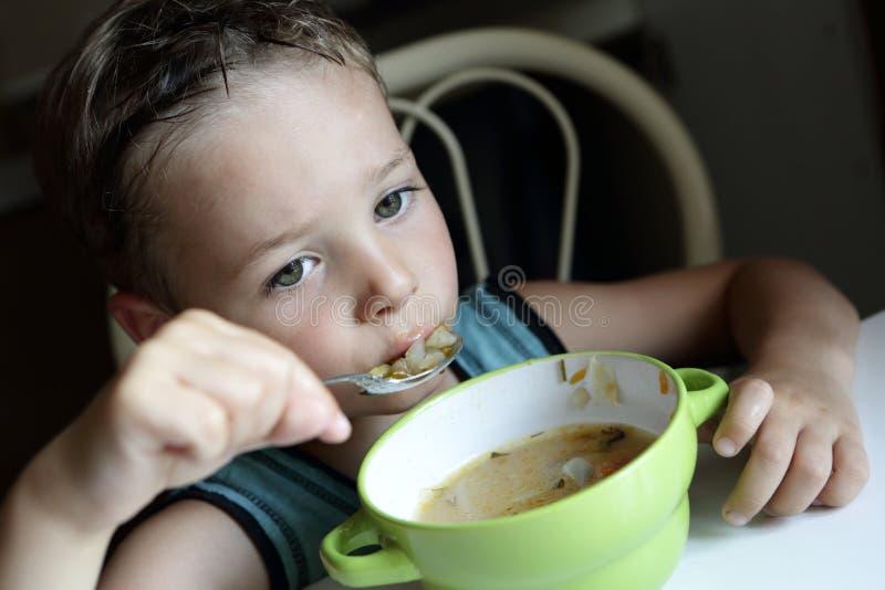 Bambino che mangia minestra immagine stock libera da diritti