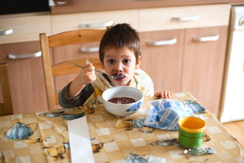 Bambino che mangia prima colazione fotografia stock