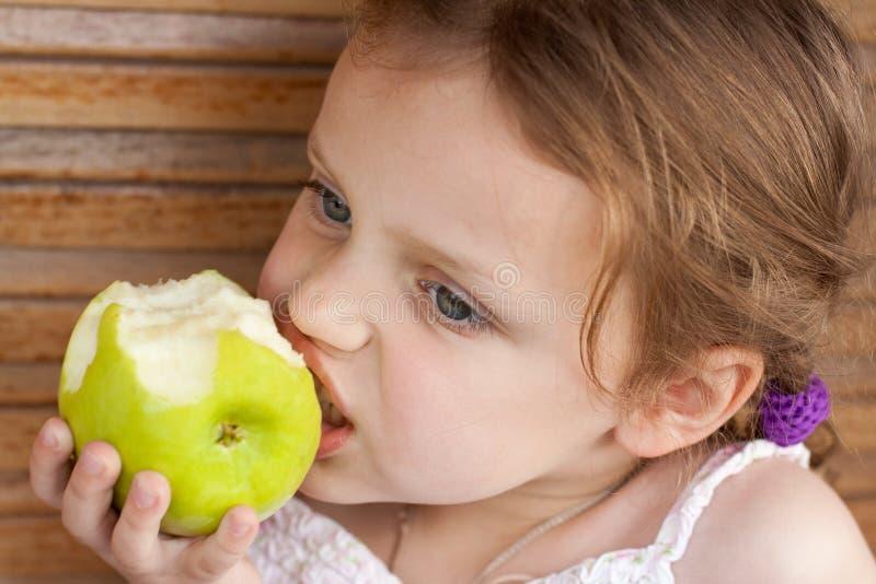 Bambino che mangia una mela immagine stock libera da diritti