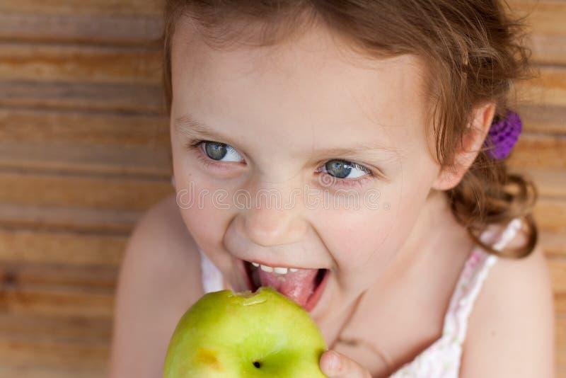 Bambino che mangia una mela immagini stock libere da diritti