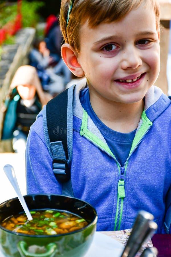 Bambino che mangia una minestra immagini stock libere da diritti
