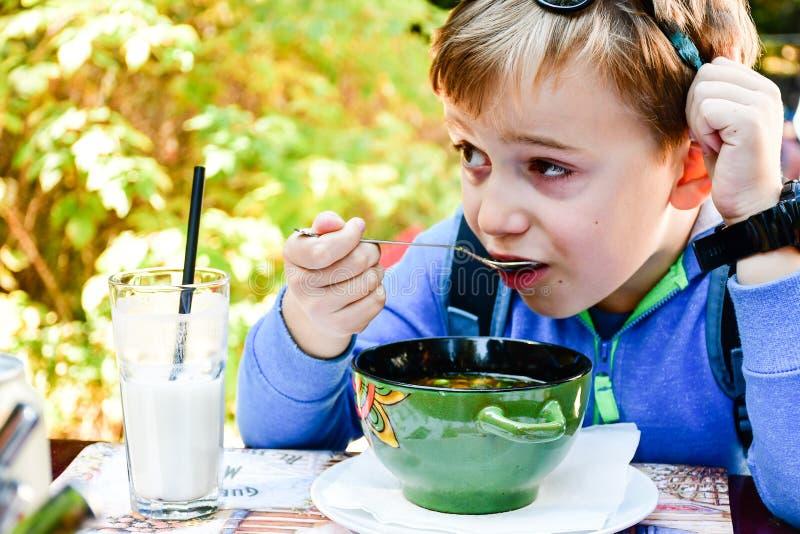 Bambino che mangia una minestra fotografie stock libere da diritti