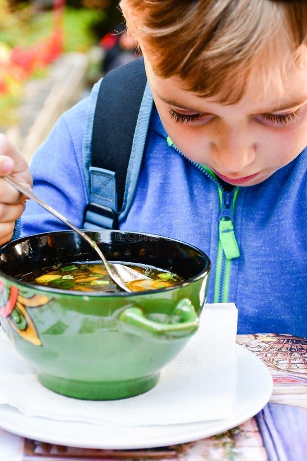 Bambino che mangia una minestra fotografia stock libera da diritti