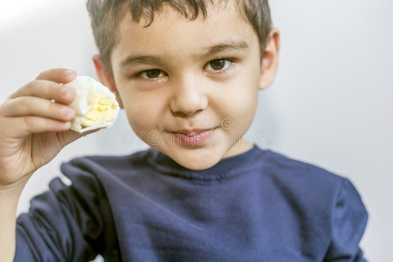 Bambino che mangia uovo sodo fotografia stock libera da diritti