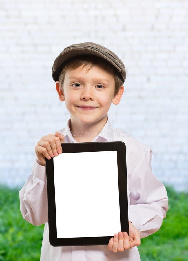 Bambino che per mezzo di un PC della compressa immagine stock libera da diritti
