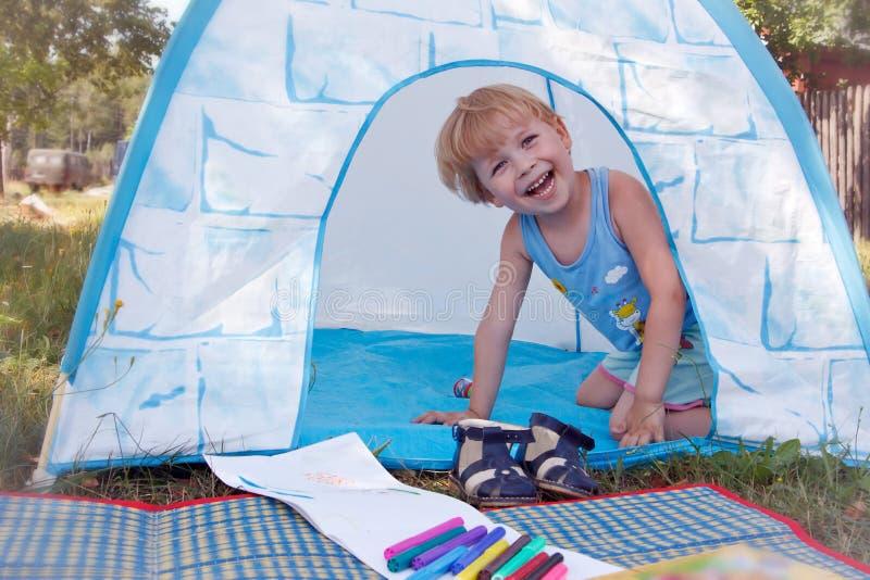 Bambino che plaing in tenda del giocattolo fotografia stock