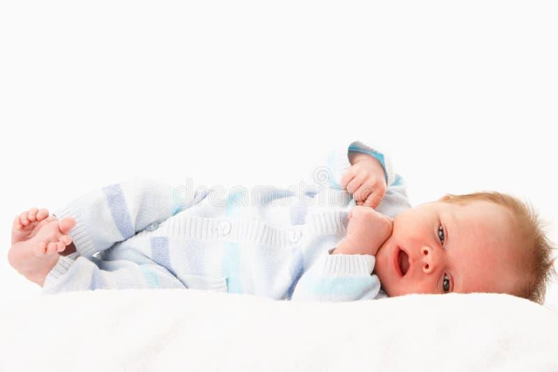Neonato Nudo Che Pone Sul Tummy In Bianco E Nero