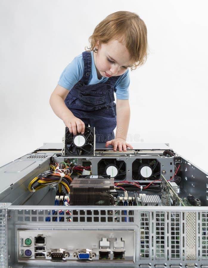 Bambino che ripara il computer di rete immagini stock libere da diritti