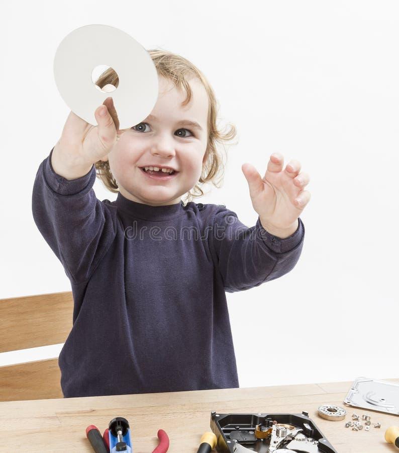 Bambino che ripara la parte del computer immagini stock libere da diritti