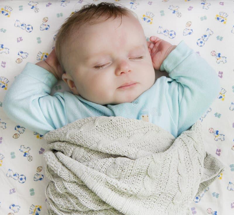 Bambino che riposa su una base immagine stock libera da diritti