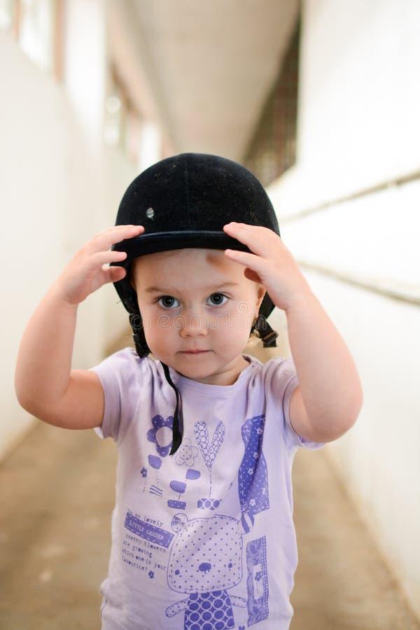 Bambino che si prepara prima dell'equitazione immagine stock