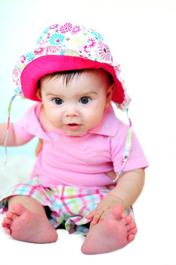 Bambino che si siede con il cappello immagini stock libere da diritti