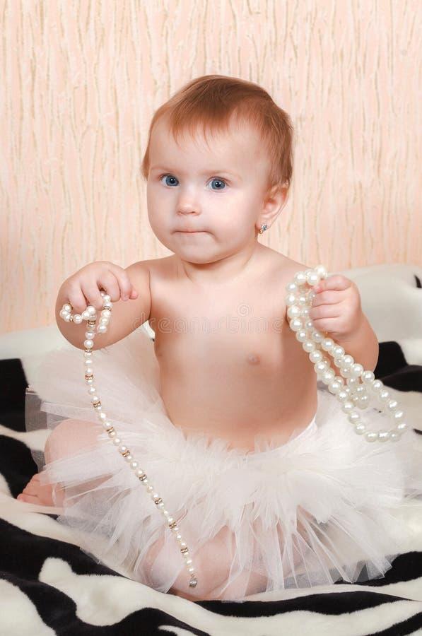 Bambino che si trova a letto con una collana della perla fotografia stock immagine di poco - Giochi che si baciano a letto ...