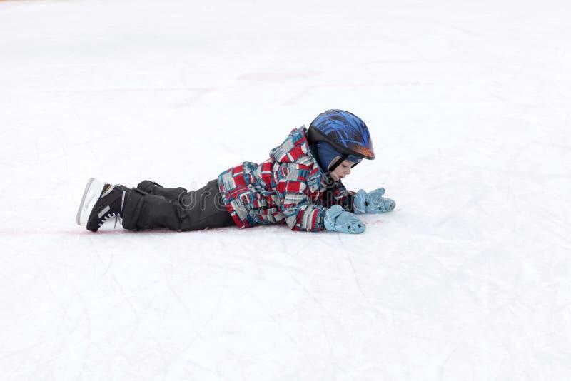 Bambino che si trova sulla pista di pattinaggio fotografie stock libere da diritti