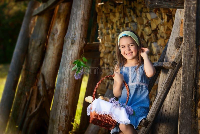Bambino che sorride senza i denti fotografia stock