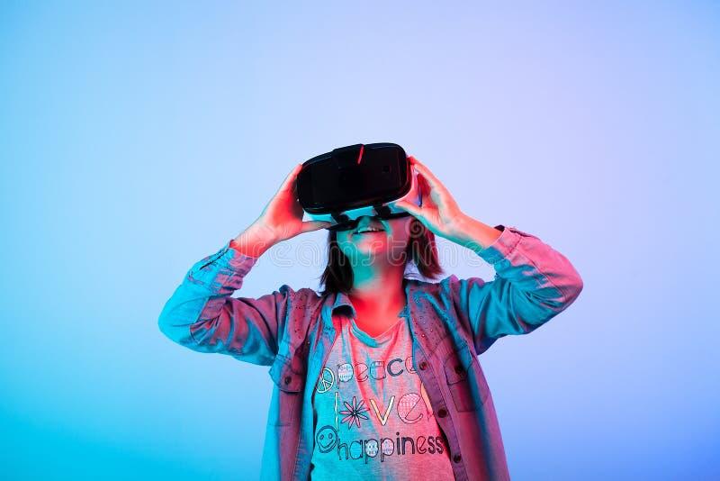 Bambino che sperimenta con la cuffia avricolare di realtà virtuale fotografia stock libera da diritti