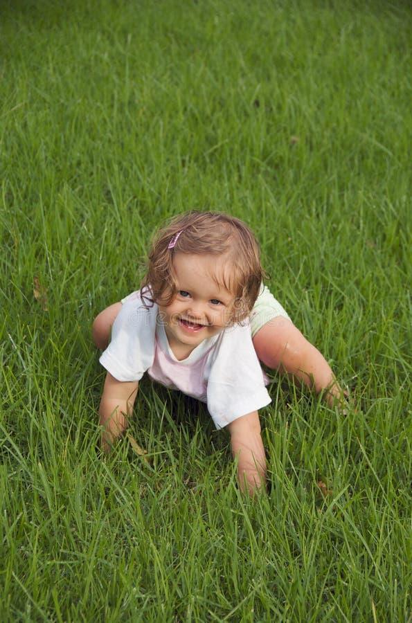 Bambino che striscia nella sosta fotografie stock libere da diritti