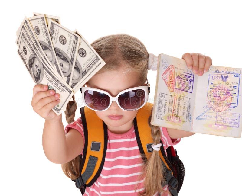 Bambino che tiene passaporto e soldi internazionali. fotografie stock libere da diritti
