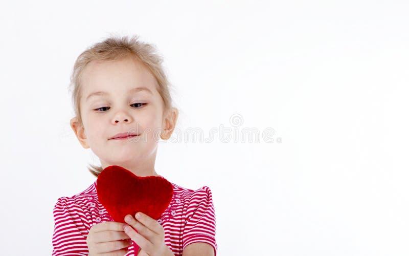 Bambino che tiene un cuore fotografie stock libere da diritti