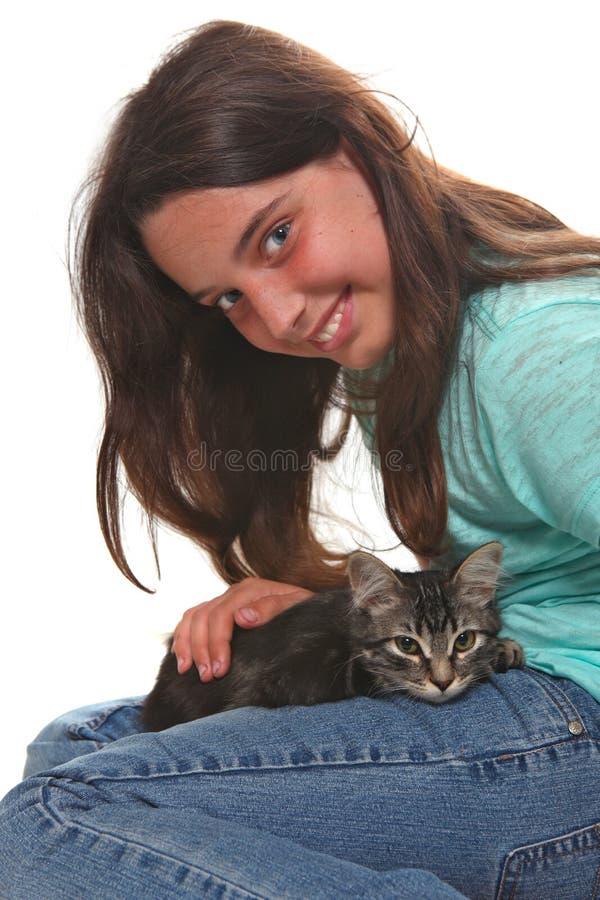 Bambino che tiene un gattino su bianco immagini stock libere da diritti