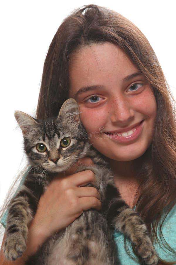 Bambino che tiene un gattino su bianco fotografia stock