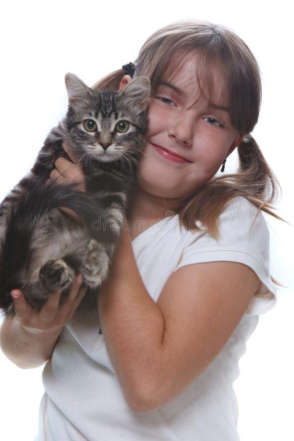 Bambino che tiene un gattino su bianco immagine stock libera da diritti