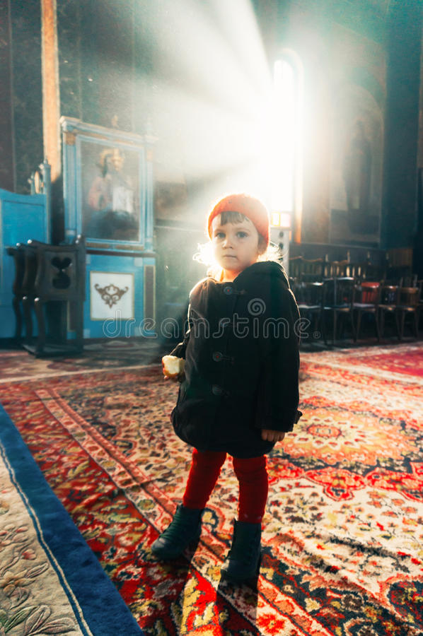 Bambino in chiesa fotografie stock libere da diritti