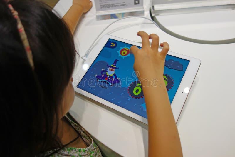 Bambino cinese che gioca ipad fotografie stock libere da diritti