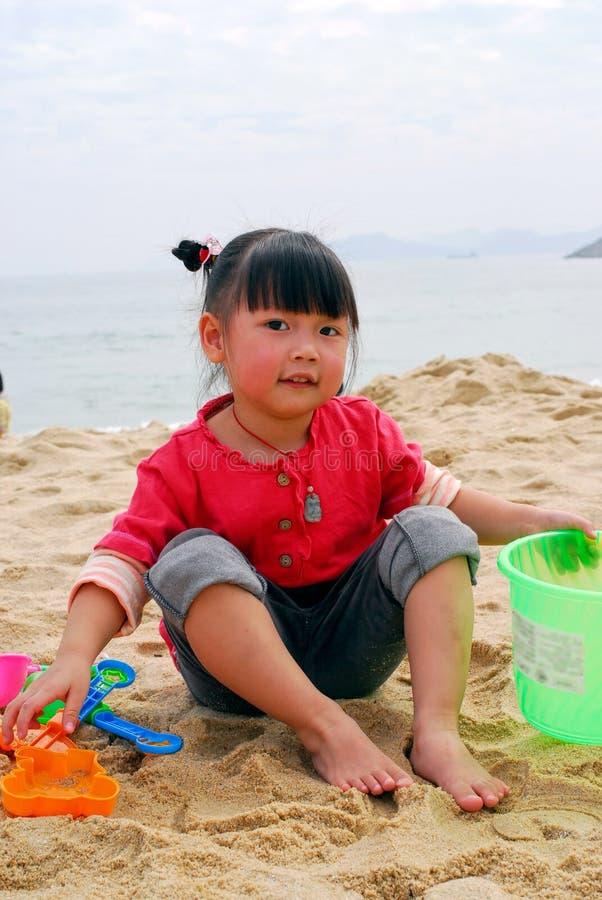 Bambino cinese che gioca sulla spiaggia fotografia stock libera da diritti