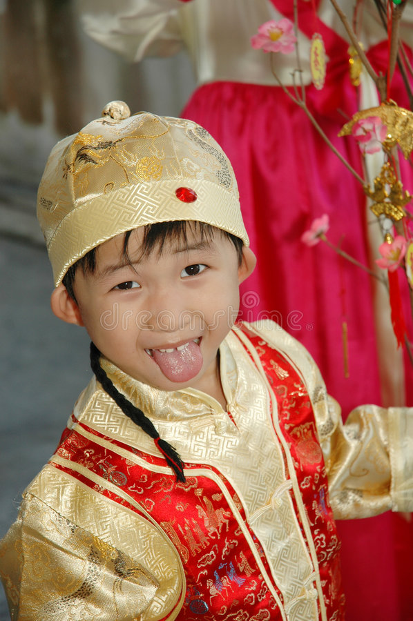 Bambino cinese con il costume tradizionale fotografia stock