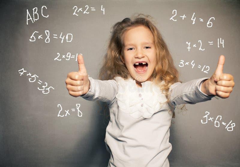 Bambino circa il consiglio scolastico immagini stock libere da diritti
