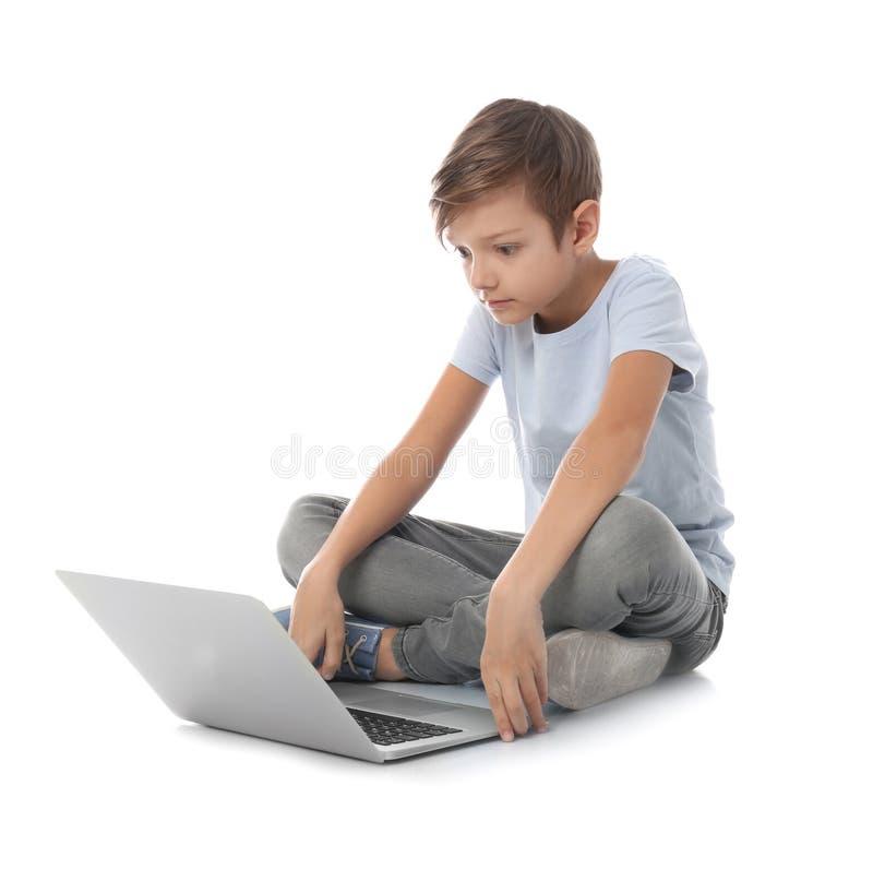 Bambino colpito con il computer portatile Il pericolo di Internet fotografia stock libera da diritti