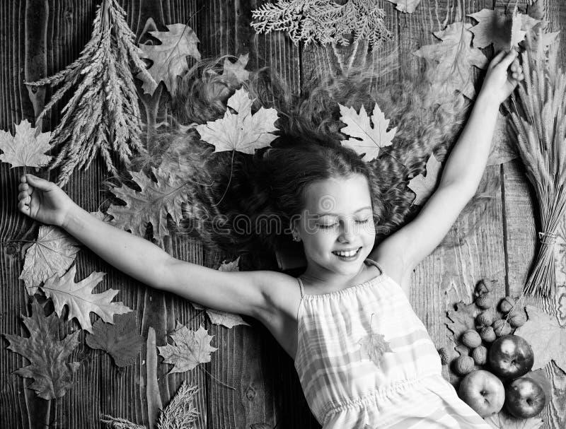 Bambino con capelli lunghi con le foglie di acero di autunno La comodit? di autunno ? appena intorno Punte per l'autunno di giro  immagine stock